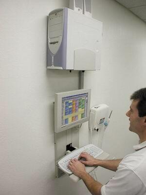 монитор, клавиатура и системный блок закрепленные на стене